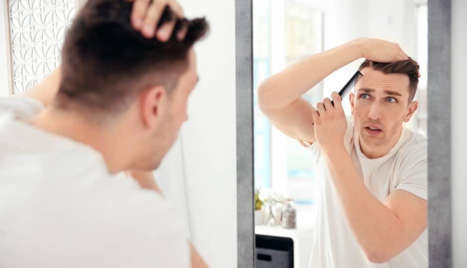 髪が細いかもと心配している男性