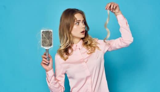 髪の毛がすぐ抜ける原因を性別・年代別に解説!抜け毛を減らす5つの対策とは?
