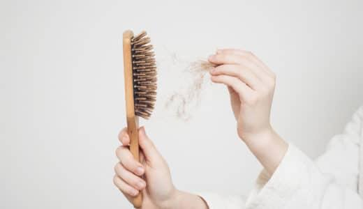 髪の毛が抜ける原因を男女・年代別に解説!今すぐできる7つの対処法も